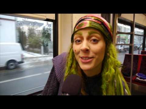 BZCard-Aktion: Mit der kleinen Hexe in der Straßenbahn unterwegs | Badische Zeitung