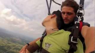 видео Парень потерял сознание во время прыжка с парашютом