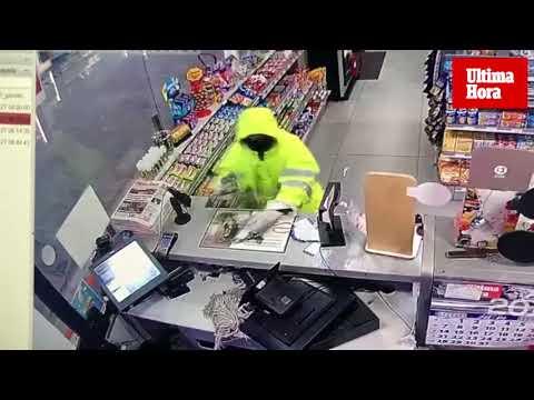Impactante forcejeo entre un atracador y el empleado de una gasolinera en Mallorca