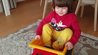 Oyuncu Fatih Selim boş durmuyor.kocaman kamyonu getirmiş kasasını oyuncakla doldurmuş