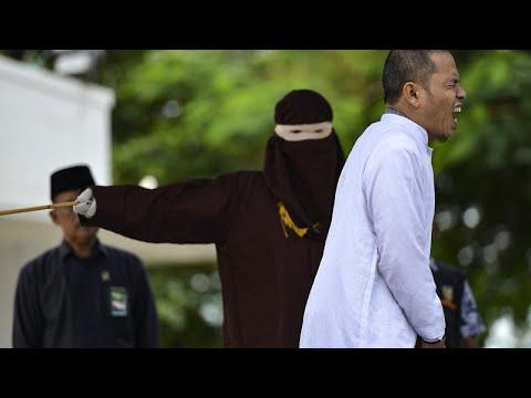 شاهد: جلد زعيم ديني ساهم في إقرار قوانين الشريعة الصارمة بتهمة الزنا في إندونيسيا…