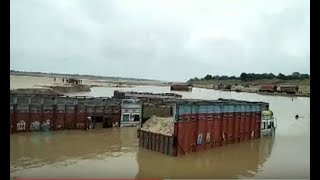 यमुना नदी में बालू खनन के लिए गए ट्रक में भरा पानी