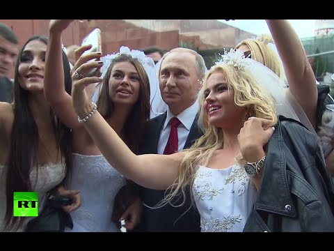 Putin selfies with models dressed as brides on Red Square during Moscow b-day celebrations