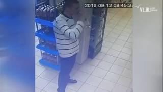 VL.ru - Мужчина выпил бутылку водки в магазине