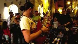 "Marcello Calabrese - street guitarist plays ""Comfortably Numb"" for a huge audience"