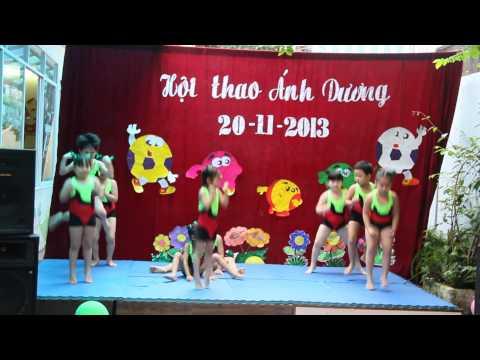 Lớp con gái diễn nhịp điệu trong hội thao trường Mầm Non Ánh Dương