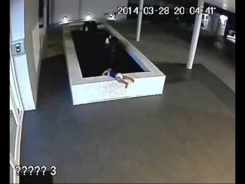 Bayi Jatuh dari kolam dan Meninggal - CCTV