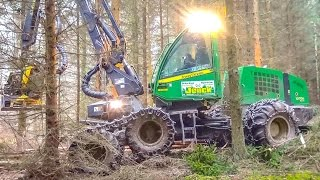IMPRESSIVE Harvester by John Deere! Epic machine!