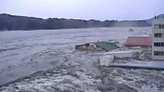 Цунами в Японии. Съемка из самого пекла!(Очевидцы в Японии сидят на крыше во время огромного цунами. Чудом им удалось выжить в этом страшном цунами., 2011-05-15T10:21:43.000Z)