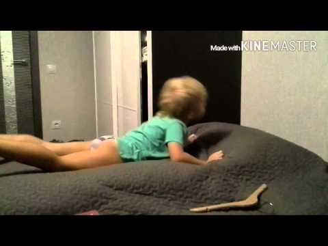 Мальчик бьтся головой об диван