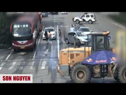 Excavator attack the police - China - Tấn công cảnh sát bằng máy xúc ở Trung Quốc