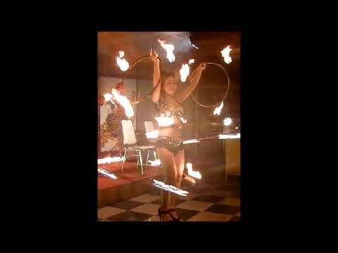Múa lửa / Fire dance - Màn trình diễn lắc vòng lửa