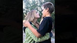beste Freunde haben sehr peinlichen ersten Kuss..