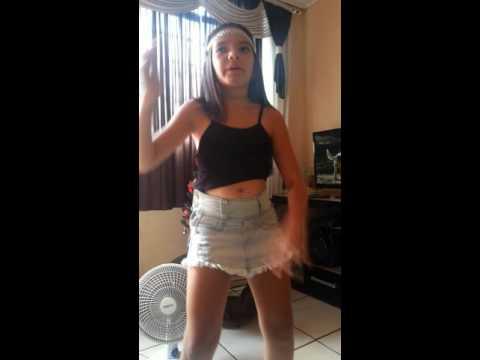 Cindy cantando e dançando