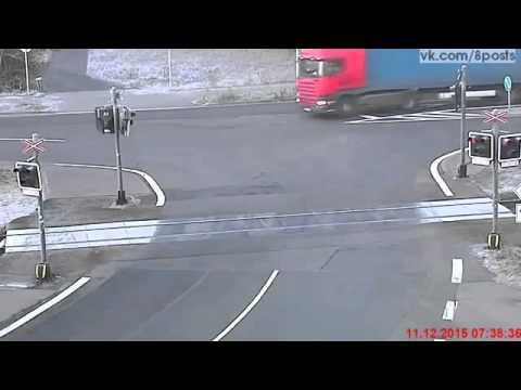 Идиот на фуре-грузовике попытался проехать ЖД-переезд на красный / Train Collides With Semi (2016)