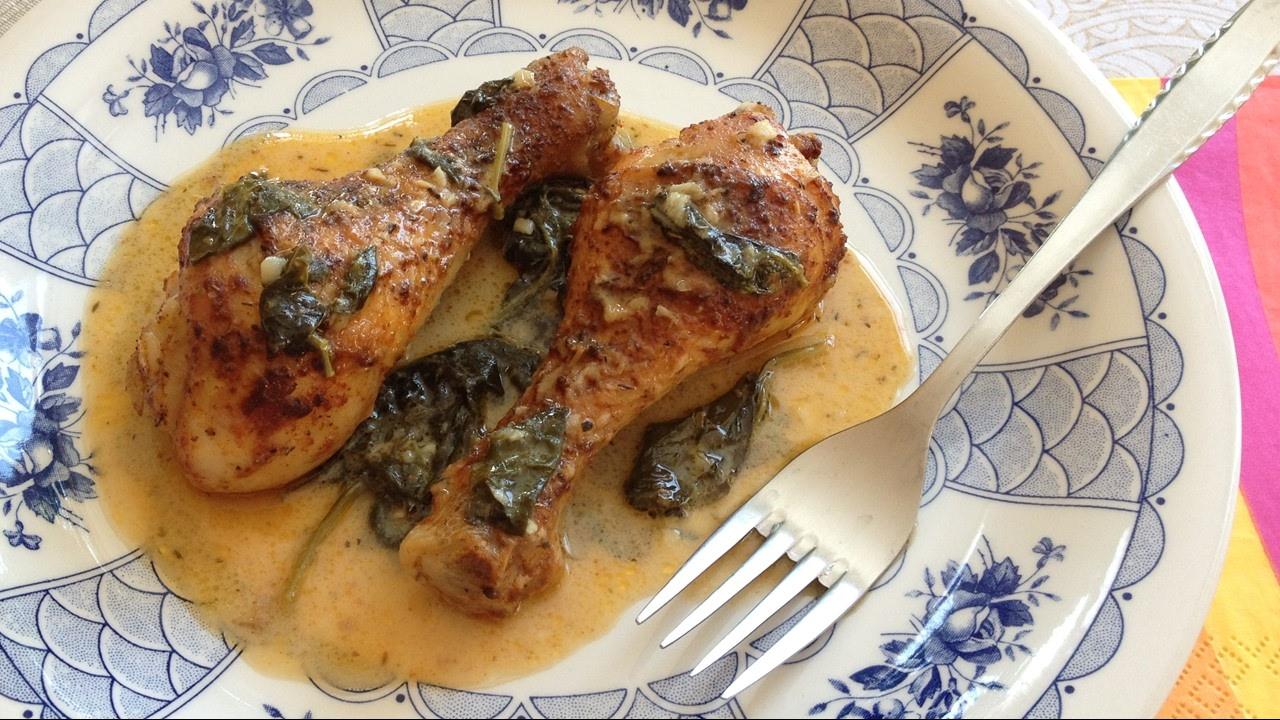 Pollo asado con piment n y salsa de lim n y espinacas - Salsa para pollos asados ...