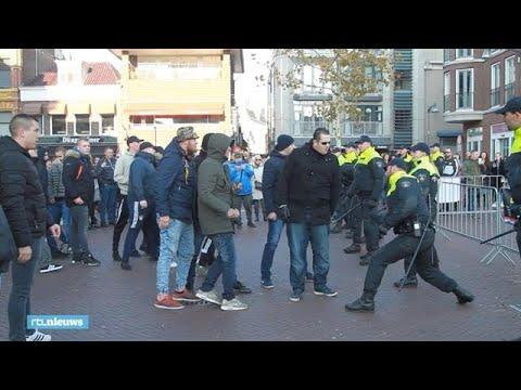 De politie houdt met wapenstok voor- en tegenstanders Zwarte Piet uit elkaar - RTL NIEUWS