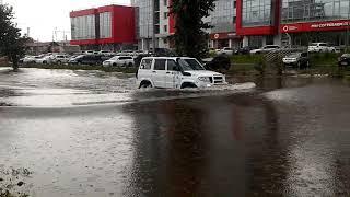 УАЗ Патриот форсирует участок на улице Республики в Красноярске.