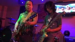 popsxl nui and bang zz top guitar and bass battle in toy beer bar 2 2013 11 18 hd
