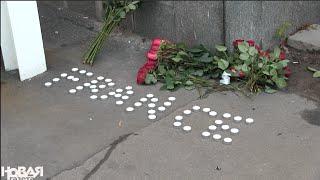 У посольства Франции в Москве после терактов в Париже 13 ноября: цветы, слова, лица(Сразу после информации о терактах в Париже 14 ноября люди стали приносить цветы к посольству Франции в Москв..., 2015-11-14T10:39:16.000Z)