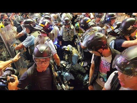 《石涛聚焦》「今夜港警与示威者再发生短暂冲突」