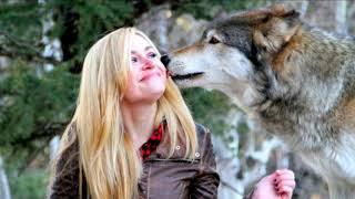 Стая волков спасли беременную девушку и помогли ей при родах УДИВИТЕЛЬНО!