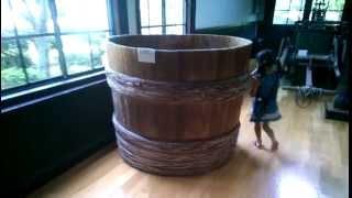 昔使われていた味噌樽。大きさを小学校1年生と比較。
