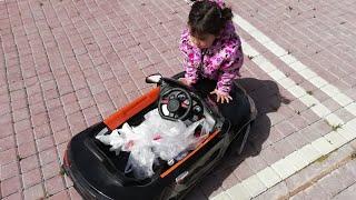 Ayşe Ebrar Akülü Arabasını Çöp Arabası Yaptı. Çevredeki Tüm Çöpleri Topladı. Eğlenceli Çocuk Videosu