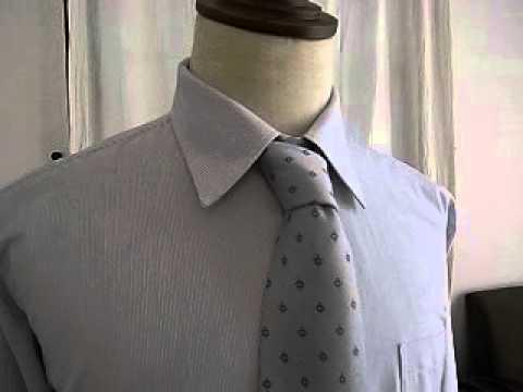 ブルーのピンストライプが入った白のシャツ