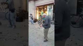 abuelo baila cumbia  La pollera colorada en Barcelona y pasa esto !!!