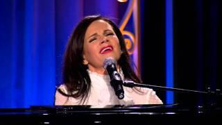 """Lena Philipsson sjunger """"Oktober"""" hos Berg & Meltzer"""