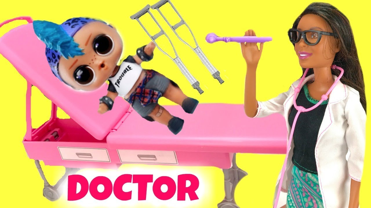 LOL Surprise Punk Bio Gets Crutches & Helps Doctor at Barbie Clinic