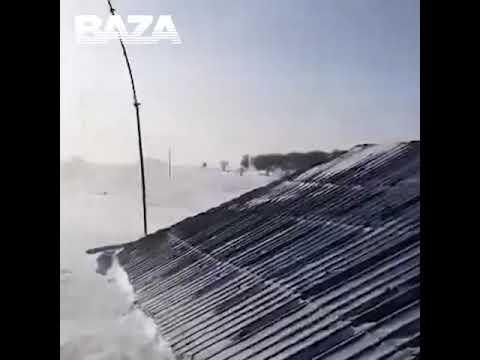 На российский Сахалин обрушилась снежная буря - одноэтажные дома замело по самую крышу