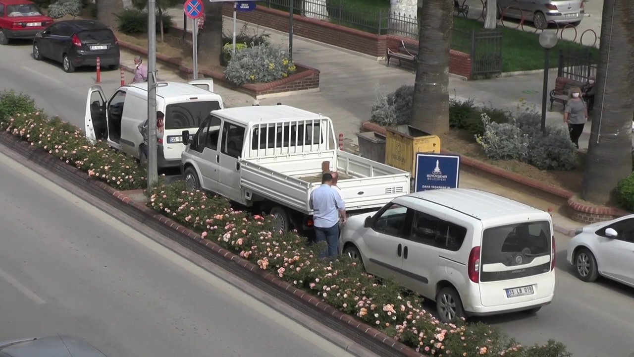 Cadde üzerinde üç araç çarpıştı