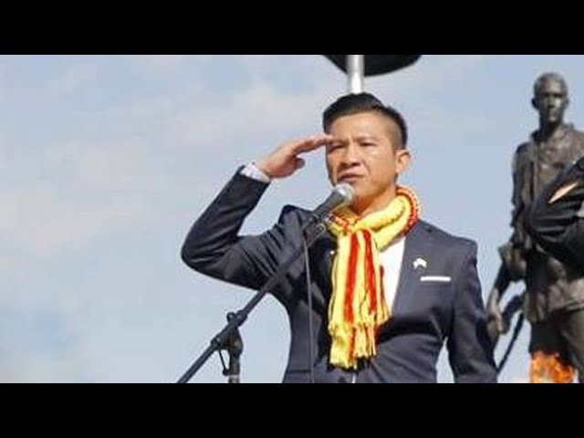 Việt Khang ngạo nghễ hát dưới lá Cờ Vàng 3 Sọc Đỏ