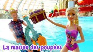 Vidéo en français pour enfants. Barbie et Ken cherchent les trésors au parc aquatique.