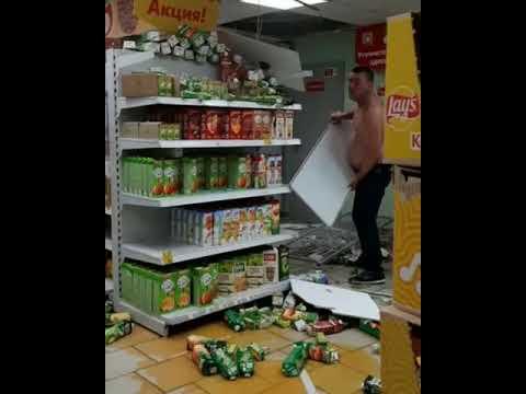 пьяный дебошир громит магазин и клянётся за все оплатить.