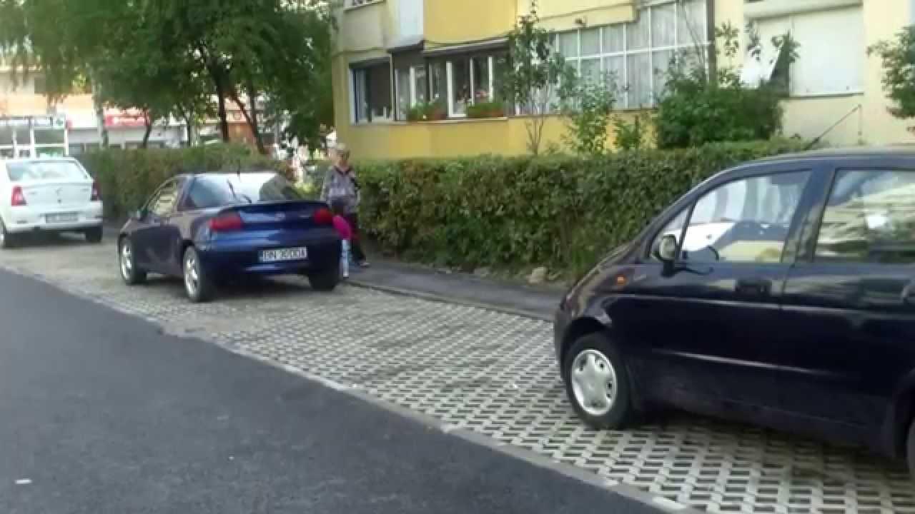 A venit cu copilul de la Pitești ca să cînte între blocuri