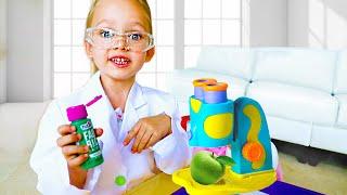 Майя играет с игрушечным микроскопом