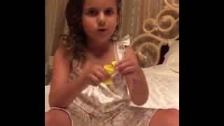 Дочь Жасмин Маргарита показывает маме фокусы