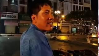 Chú chó bán vé số giúp cho người đàn ông khuyết tật / tại phố ẩm thực đêm Bến Tre