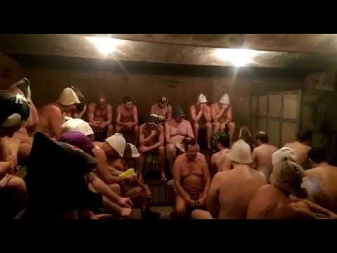 Камера мужской в бане, красивая стройная брюнетка