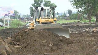 Сразу в нескольких российских регионах ведут борьбу с паводками после проливных дождей.