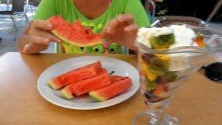 Питание в Черногории - цены(http://montenegro-video.tenit.ru/eda_v_chernogorii_ceny.html А теперь о питании в Черногории. Цены на десерт в пляжных кафе Бечичи. Сами..., 2014-05-18T11:55:48.000Z)