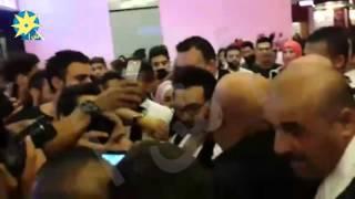 """بالفيديو : تدافع الجماهير اللبنانية حول تامر حسني خلال حضوره عرض فيلم """"أهواك """" في لبنان"""