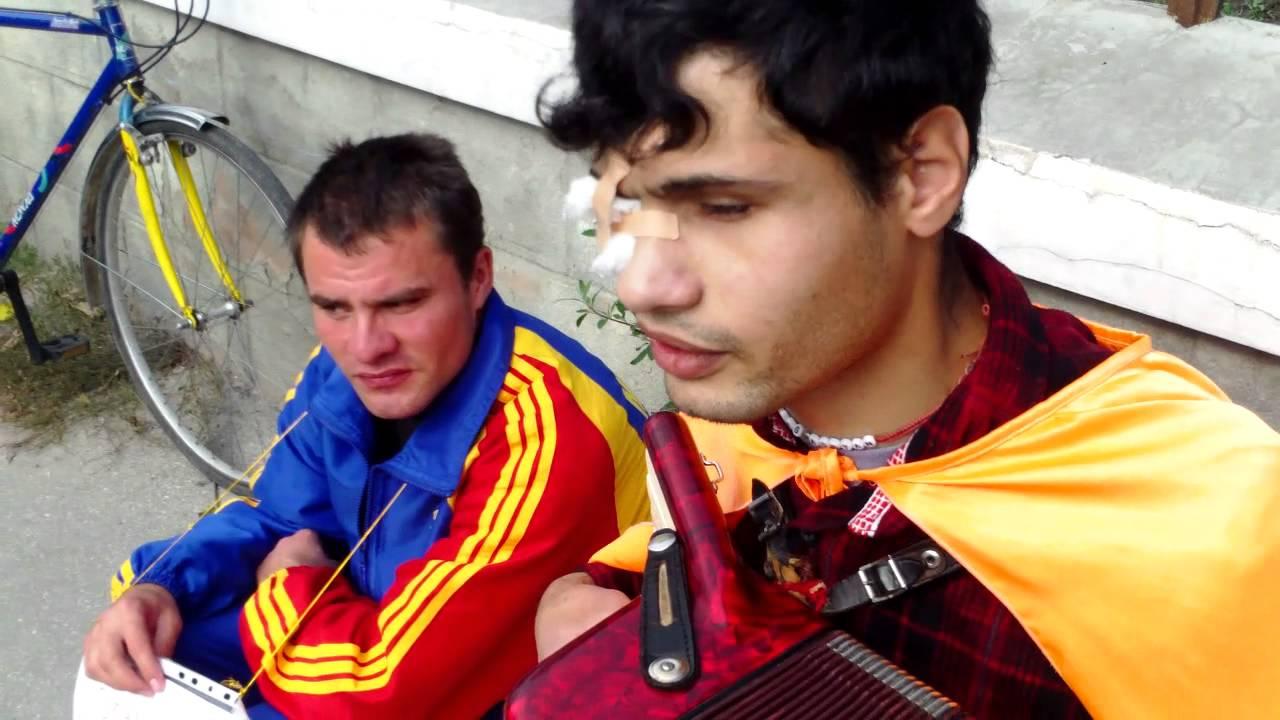Oleg și Adrian cîntă lîngă Pro TV Chișinău