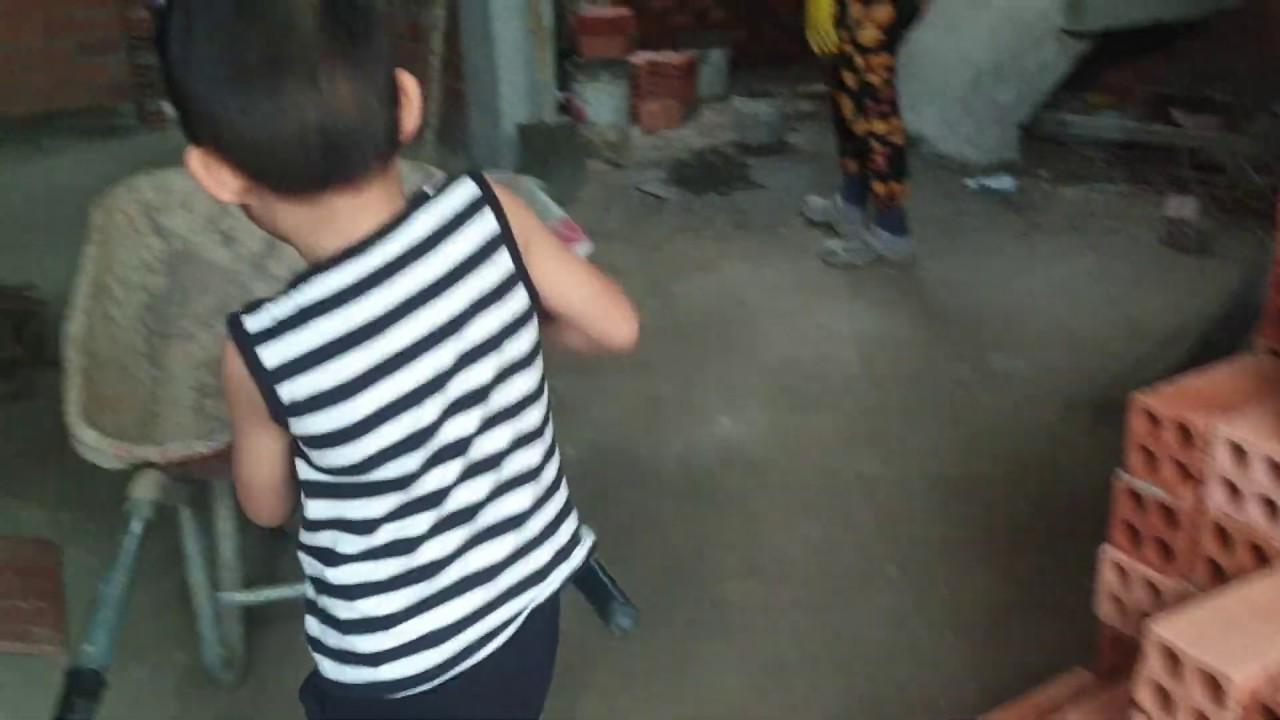 Bé 4 tuổi làm Phụ hồ như Lộc Fuho