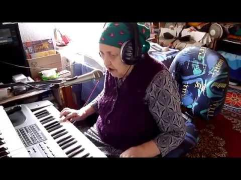 Бабушка играет на синтезаторе и красиво поёт - Восхищаюсь!
