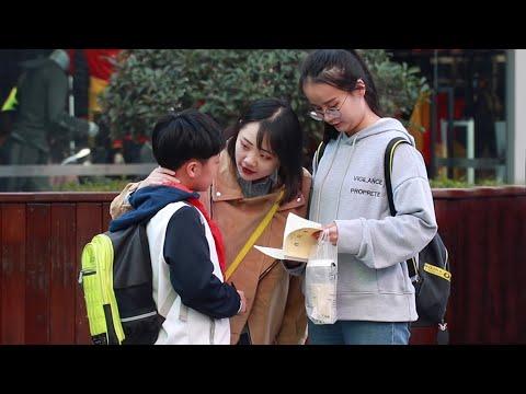 街头遇到嫌弃父母卖菜的小学生,有人对他说了这样的话!(中国社会实验)