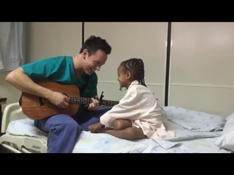 Étienne Drapeau chante pour une petite Éthiopienne après son opération au coeur